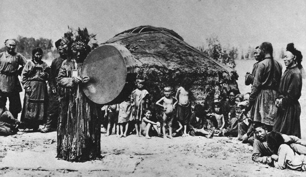Eski Türklerdeki sığır törenlerine benzeyen bazı gelenekler Tuva Türklerinde hâlâ yaşamaktadır.